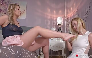 Mature babe teaches a younger chick setting aside how to eat pussy - Samantha Rone